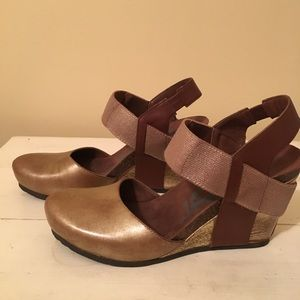 Otbt Rexburg Closed Toe Wedge in New Gold